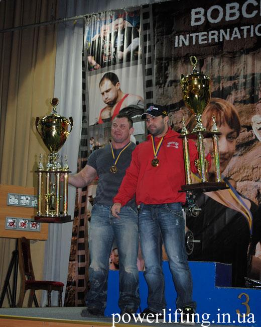Олега Базилевича и Андрия Киселя как лучших жимовиков наградили огромными кубками