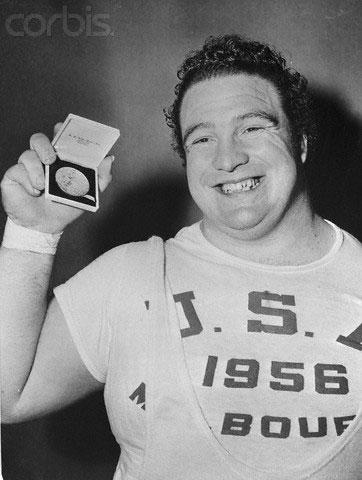 Олимпийский чемпион Пауль Андерсон демонстрирует свою золотую медаль, дата фотографии 26 ноября 1956