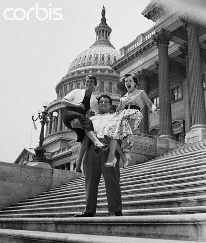 22 летний Пол Андерсон, из города Токкоа, штат Джорджия, олимпийский чемпион по тяжолой атлетике фоторгафию зделали на ступенях Капитолия после Андерсон, который весит 153 килограмма , и его товарищи по команде тяжолой атлетики встречали вице-президента Ричарда Никсона после триумфа в Москве. После интервью с вице-президентом, Андерсон зс улыбкой сказал: «Эй, девочки, как насчет приседа?» И они согласились!