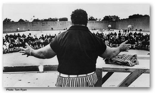 Пауль Андерсон читает проповедь для тюремных заключенных, 1983 год