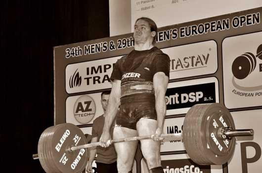 На фото Том Мартин на Чемпионате Европы IPF 2011