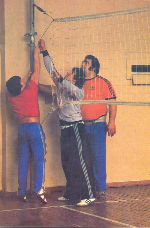 Василий Алексеев на тренировке по волейболу