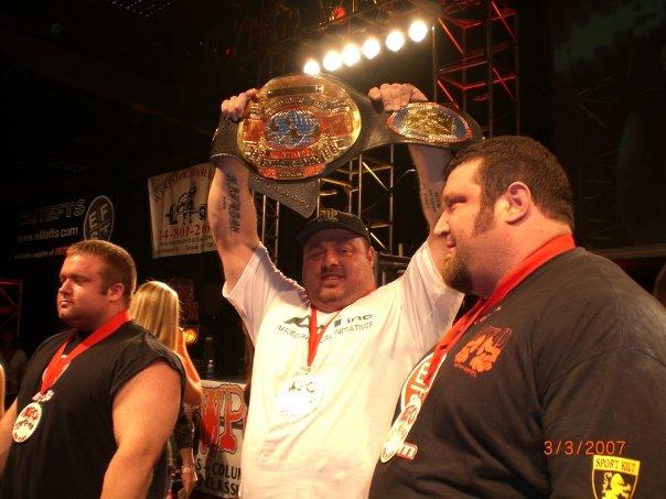 На фото Энди Болтон с поясом победителя турнира Арнольд Классик 2007