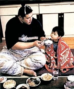 Котоновака кормит своего маленького сына
